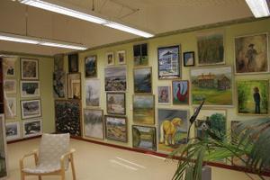 Kommunens samlade konstinnehav finns nu i Harmångers bibliotek. Foto: Eva Andersson