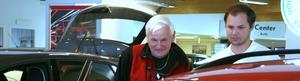 En ny liten miljöbil. Ove Andersson, Köping, har funderat klart. Det är dags för en ny mindre bil. André Andersson, säljare på Møller bil, säger att framtidstron hos kunderna verkar ha återvänt.
