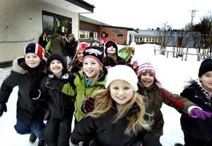 HEJ IGEN. Sörbyskolans gård var på torsdagens förmiddag full av glada barn som riktigt njöt av första skoldagen efter jullovet. Kul att träffas igen, kul att leka på skolgården, kul att träffa de snälla lärarna, tyckte de. De här på bilden går i tvåan och trean.