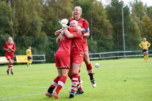 Lara-Li Löfvenius kramas om av Sara Jensen och Simone Edefall efter att ha gjort 3-2.