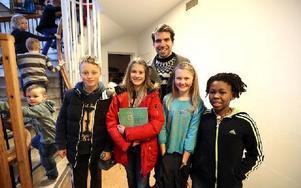 Kanadensiske studenten Adam Young (i bakgrunden) blev väl omhändertagen av Hosjöskolans guider. Från vänster i bild: Viktor Eriksson, Maja Nordin, Saga Westman och Malte Karlgren. Foto: Johnny Fredborg