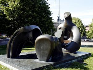 Vid ån – Henry Mooreskulpturen.