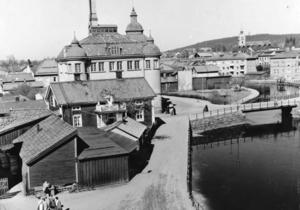 RIA-stugan (Fläsk-Minas hus) och Varmbadhuset vid Kristinebron 1959.