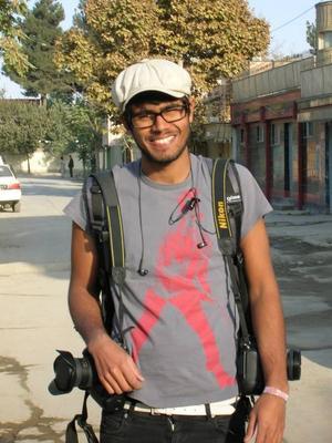 i konfliktområde. Christoffer Hjalmarsson söker upp konflikter och dokumenterar dem med sin kamera. Under tolv dagar besökte han Afghanistan. Förra året var han i Kosovo.