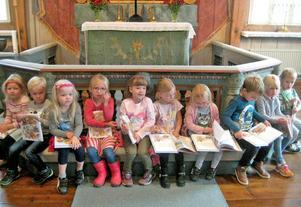 Ett tiotal av bygdens femåringar samlade vid altarringen.