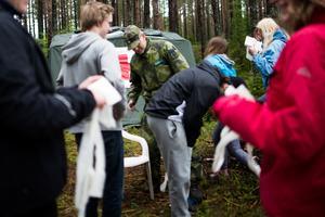 Patrik Backö från Hemvärnet lär eleverna hur man ska göra om man skadar sig i naturen.