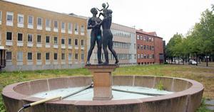 Statyn som också är en fontän  blir kvar och placeras framför det gamla huvudkontoret.
