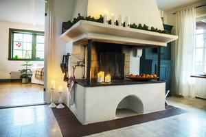 Den stora öppna spisen i köket drar ögonen till sig och i jultid dekoreras den med granris, ljus och fruktfat.