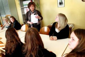 Spisen står oanvänd. Pia Tronsgård-Falk får hålla teoretiska matlagningslektioner med  sina elever i stället när Bergs kommun sparar.