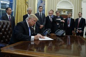 Så här såg det ut när Donald Trump skrev under ordern om att ställa in stödet till organisationer som stödjer abort.
