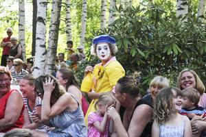 Riktigt roligt är det när clownerna ger sig ut bland publiken och sprutar vatten.