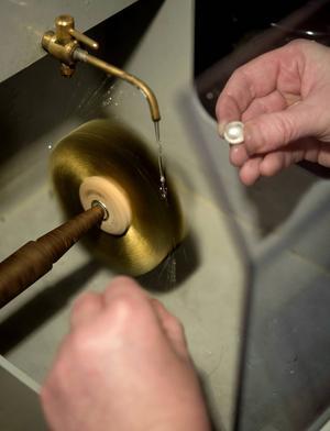 Det är detaljerna som gör det. Camilla Åberg putsar smycket som ska sitta på silverrringen.