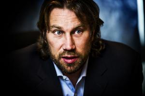 Affärsmannen Peter Forsberg ägnar inte dagarna åt att sitta med fingrarna i kors bara för att han inte spelar hockey längre. Han är inblandad i ett stort antal företag och projekt. En stor dag blir när hotellet i Örnsköldsvik öppnar till våren.