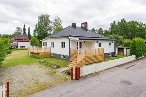 Med nytt tak och nymålad fasad står denna totalrenoverade femrumsvilla i Stensätra, Sandviken.