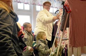 Mormor Annie Wennerström har tagit med sig barnbarnen Kellie och Tintin Wennerström till bytardagen. Hittills har de hittat kläder till Tintin, nu ska de på jakt efter kläder till Kellie.
