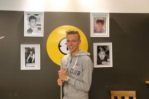 Omgiven av Borlängebiljardens stoltheter. Staden har fostrat flera storspelare, nu senast 16-årige Kasper Östlund.