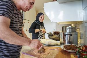 Sukina Said friterar kubba och Abdulwahab lagar kött med nötter.