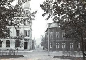 Jämtlands-Posten låg på ÖP:s nuvarande parkering, mot Traktören. Också här fanns ett hörntorn och i rummet under det bodde en gång August Strindberg när han en gång var här och hälsade på.