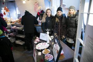 Moa Alm, Matilda Wesslén och Maja Grönberg sålde armband och pins för sitt UF-företag.
