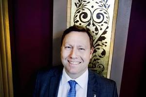 Lokalt leder Göran Arnell, kommundirektör i Gävle, inkomstligan med 120000 kronor i månadslön.