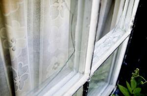Många fönster på bruksgården är sönder och dörrarna står olåsta.