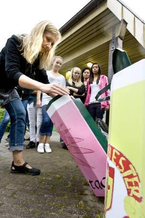 DESIGNADE SOPKORGAR. Annette Lundgren, projektledare för Rena Gävle piffar upp de gamla, gröna sopkorgarna med skärmar som har motiv designade av skolelever.
