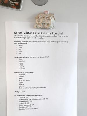 Listan på kylskåpsdörren – med saker som Viktor inte kan äta – är lång.
