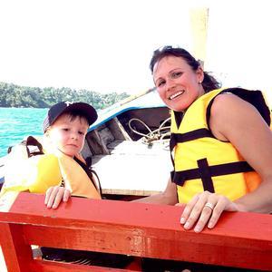 Adam och Rosita åker longtailboat i Thailand.