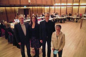 Bräcke kommuns oppositionsråd Yngve Hamberg, c, och fullmäktiges ordförande Anna-Lisa Isdaksson, s, flankerar Monika Frank och Gunnar Rönnqvist som på onsdagen snabbutbildade Bräckes kommunfullmäktigeledamöter i retorikkonsten.