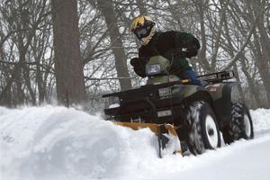 Något för nästa vargavinter? En fyrhjuling kan utrustas för snöskottning.Foto: Warn