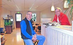"""""""Kom och hjälp oss fixa till den 'nya' fritidsgården"""" uppmanar Dan Driesel och Ove Olsson. De lovar gratis fika både i kväll och på torsdag. Foto: Annki Hällberg/DT"""