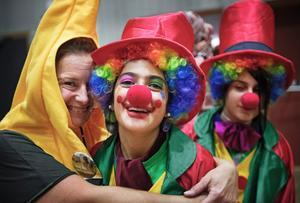 Sussie Mattson som banan, Raymar Mailk och Aya James som clowner.