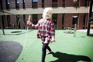 Kajsa Karlsson är blind och besöker Gävle sjukhus en gång i veckan. Och även om hon inte kan se kan hon känna sig till hur den nya lekplatsen har blivit och hon är riktigt nöjd.