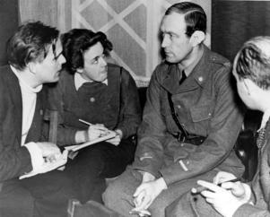 Alma Braathen med svart kalufs och koncentrerad blick intervjuar major Hugo Beckhammar under finska vinterkriget 1940. Fotograf okänd.