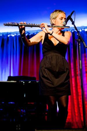 Flöjtist. Sarah Allen spelar både flöjt och dragspel och har även skrivit flera av Flooks låtar.