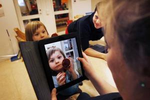 Förskollärare Jenny Claesson fotar Hailey Lauritzen under ett test att göra film tillsammans med barnen.