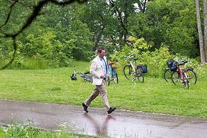 Haddad på språng. Folkpartistiske riksdagsmannen Roger Haddad flydde undan regnet.