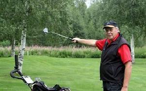 Kenneth Ilbäcks visar vart björnen plötsligt dök upp när han var ute på en träningsrunda på golfbanan. FOTO:LEIF OLSSON