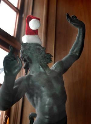 """MODERN TAPPNING. Till och med den här bronsstatyetten har fått tomteluva. """"Vi har sagt till varandra att lite humor måste man ha även om man rör sig bland antikviteter. Gamla familjen de Geer hade mycket roligt och de skulle säkert tycka att även det här var ett kul påhitt"""", säger guiden Monica Danielsson."""