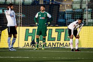 Vad hände egentligen? Tycks ÖSK-målvakten Oscar Jansson, samt försvararna Arvid Brorsson och Brendan Hines-Ike, tänka sedan 1–0-ledningen gått upp i rök på fyra minuter.