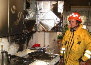 Stuguns brandkårs insatsledare Björn Hansson konstaterar att skadorna blev begränsade tack vare den rådige grannens snabba ingripande. Två hundar kunde också räddas ur den räkfyllda lägenheten. Foto: Ingvar Ericsson