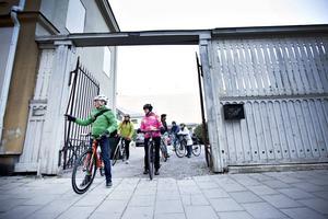 Cykelturerna utgår alltid från Posa cykel i Gävle. Inspirationen till att starta Slow Roll Gävle fick Dan Magnusson när han såg en dokumentär om cykling i bilstaden Detroit. Det är han som planerar rutterna och teman.