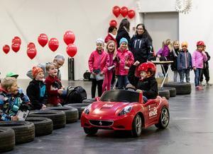 Sebastian Äng fick testa en eldriven Ferrari för barn.