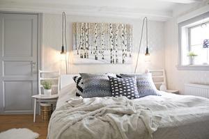 Vila. Ljuset faller vackert in i sovrummet. Mirelle har tagit fasta på det och skapat en ljus och luftig stil med inspiration av naturen och särskilt björkar.