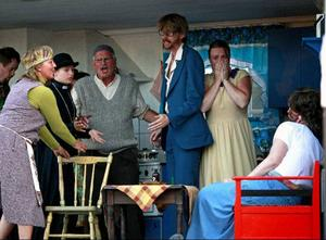 """Stor dramatik i Stenbrottet i Marieby när Teater Barda hade premiär på Shakespeares """"Råmeo & Julia"""" i går kväll. Det är en föreställning fylld av humor och värme som imponerar på vår skribent."""