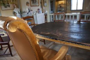 Domarstolen. Runt det läderklädda bordet satt tillförordnade häradshövdingen Heurlin som ordförande, tillsammans med nämndemännen. Stolar och bord från tiden finns kvar.