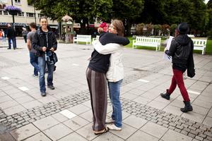 Mia Österlund får en kram av Elin Höglund.