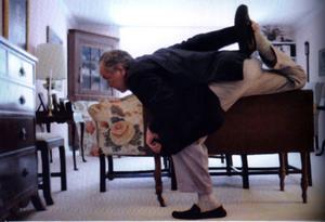 Napies, Florida. 13.17. Min far stretchar hemma hos min farmor i ett seniorboende.