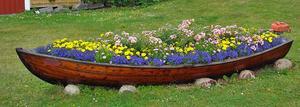 En båt kan vara till glädje både till havs som på land. Som t ex den här med blommor i.