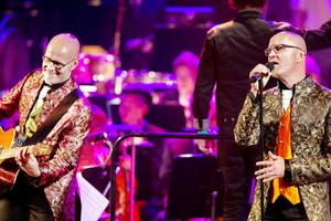 Bröderna Rongedal hyllade David Bowie i sällskap Forsbacka kammarkör och Sandvikens symfoniorkester. Men elgitarr, bas, trummor och sång tar över och dominerar ljudbilden. Stråkar och körer drunknar under många av låtarna, vilket känns synd, menar Arbetarbladets recensent.